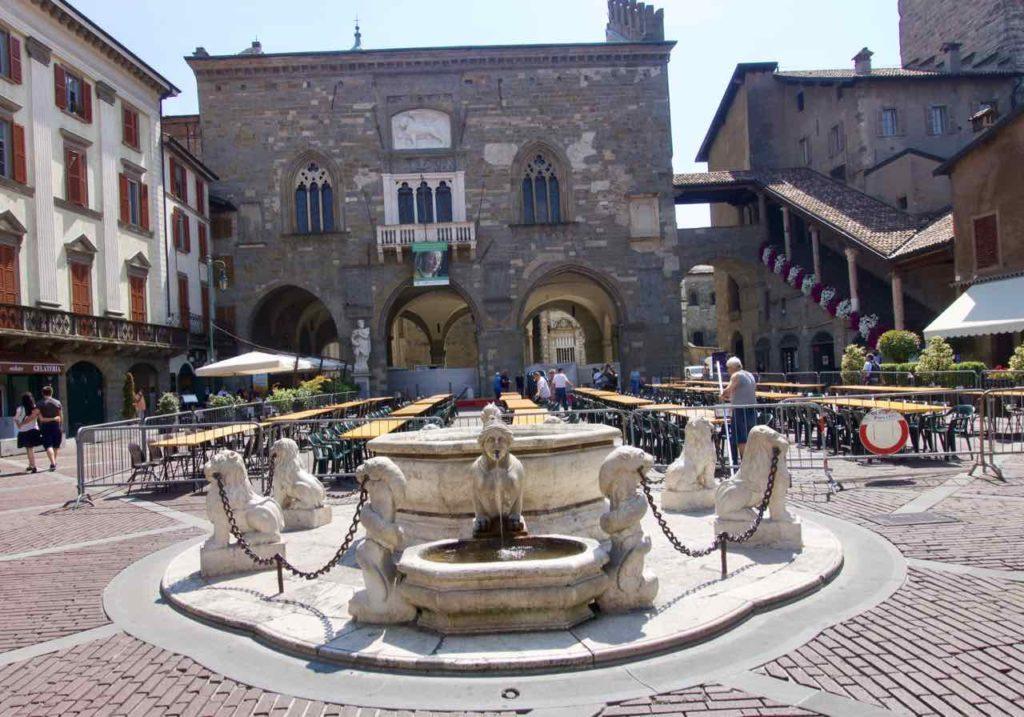 Bergamo Sehenswürdigkeiten Piazza Vecchia Contarini-Brunnen ©PetersTravel