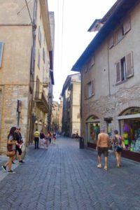 Bergamo Altstadt Gasse mit Fussgängern ©PetersTravel