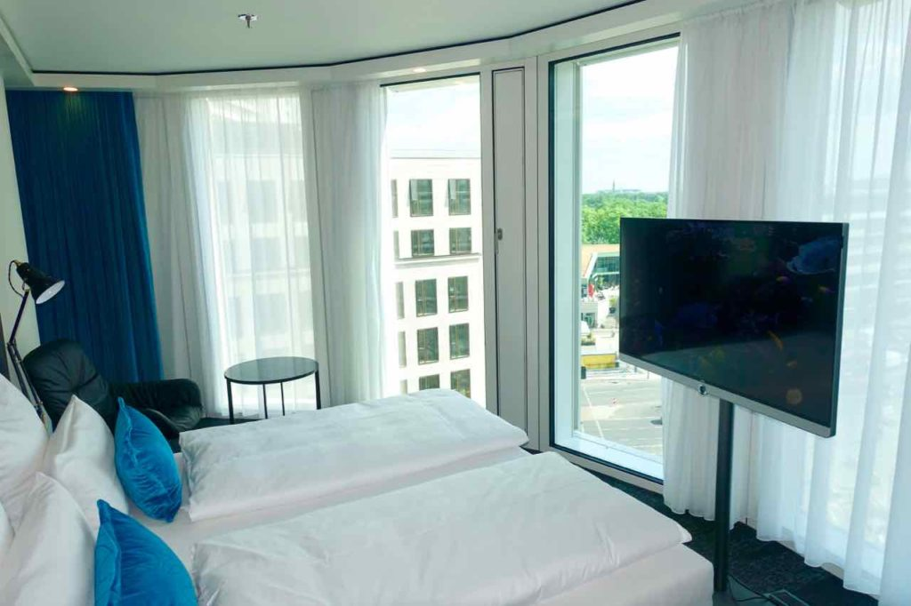 Motel One Upper West Berlin Charlottenburg Doppelzimmer mit Aussicht Richting Zoo und Gedächtniskirche (von diesem Typ gibt es 16 Zimmer) ©PetersTravel