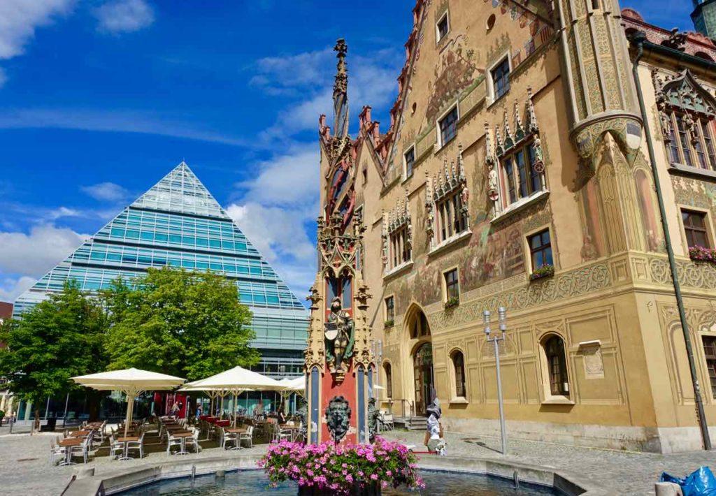 """Ulm, """"Poppersbrunnen"""", Stadtbibliothek und Rathaus Copyright Peter Pohle Peterstravel"""
