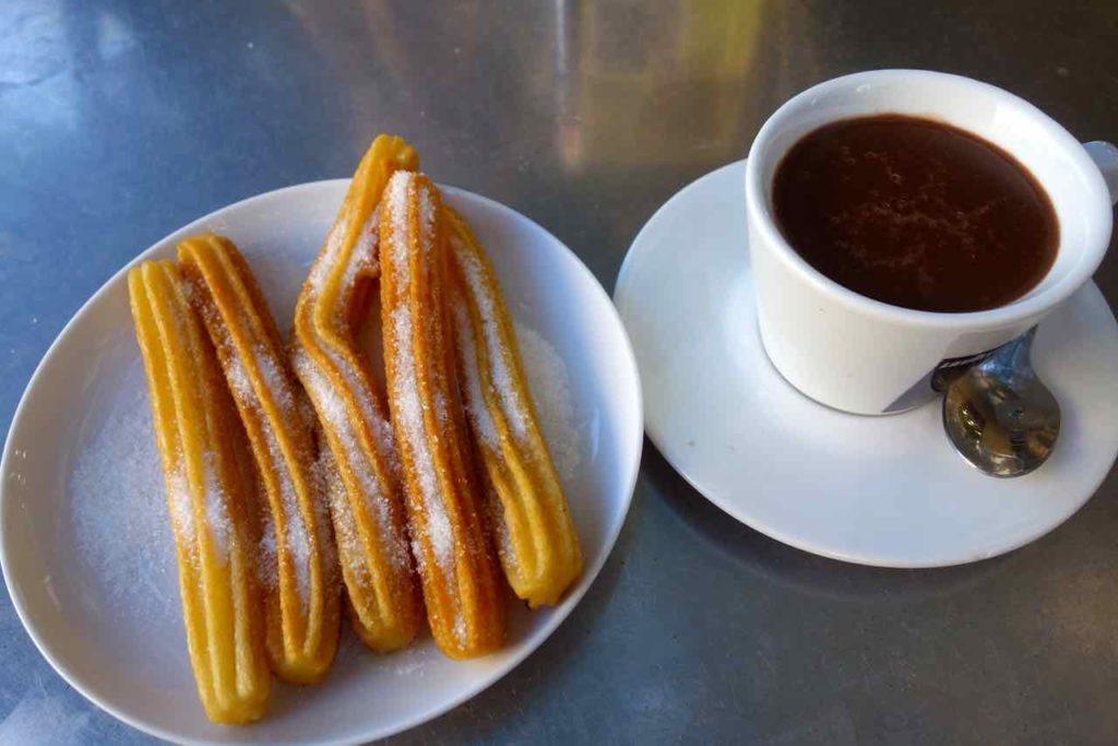 Barcelona Tipps: Churros mit Schokolade Copyright PetersTravel