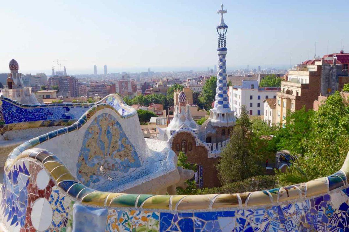 Barcelona Tipps: Park Güell, Blick von der Gran Plaza aufs Pförtnerhaus und Barcelona, Copyright PetersTravel