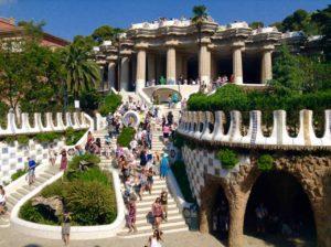 Barcelona Tipps: Park Güell, Treppe zur Halle der 100 Säulen und der Gran Plaza Copyright PetersTravel