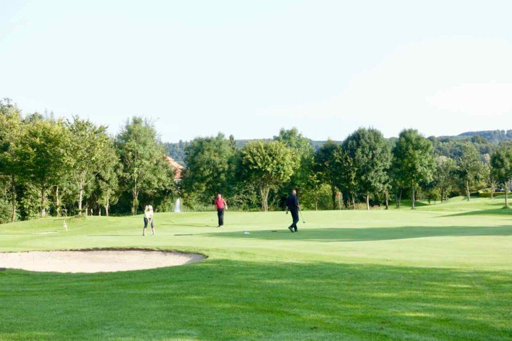 Westerwald Ausflüge, Lindner Hotels, Golfplatz mit drei Golfern, Copyright Peter Pohle