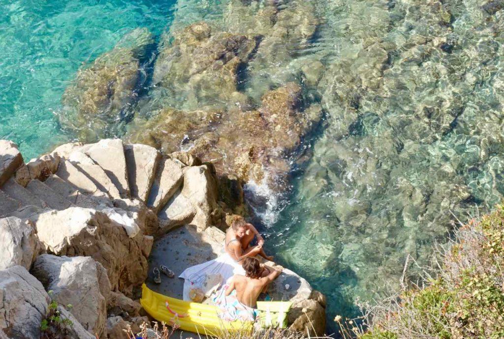 Wanderung um das Cap Ferrat an der Cote d'Azur: Badestelle zwischen Leuchtturm und Plage Passable Copyright PetersTravel / Peter Pohle