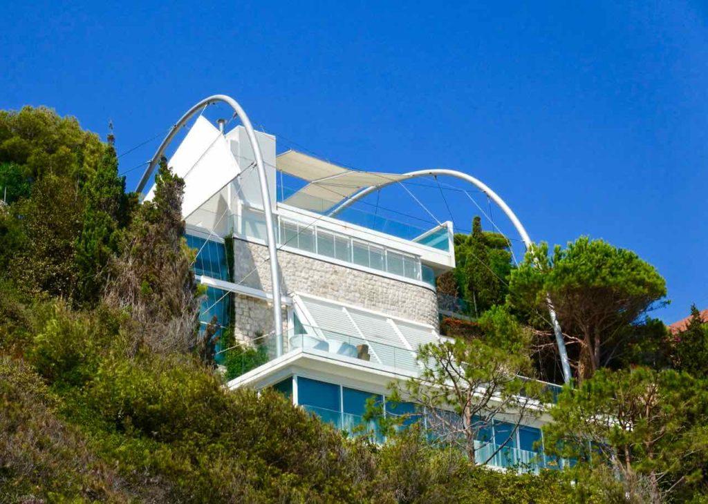 Wanderung um das Cap Ferrat an der Cote d'Azur: Villa über den Klippen Copyright PetersTravel / Peter Pohle