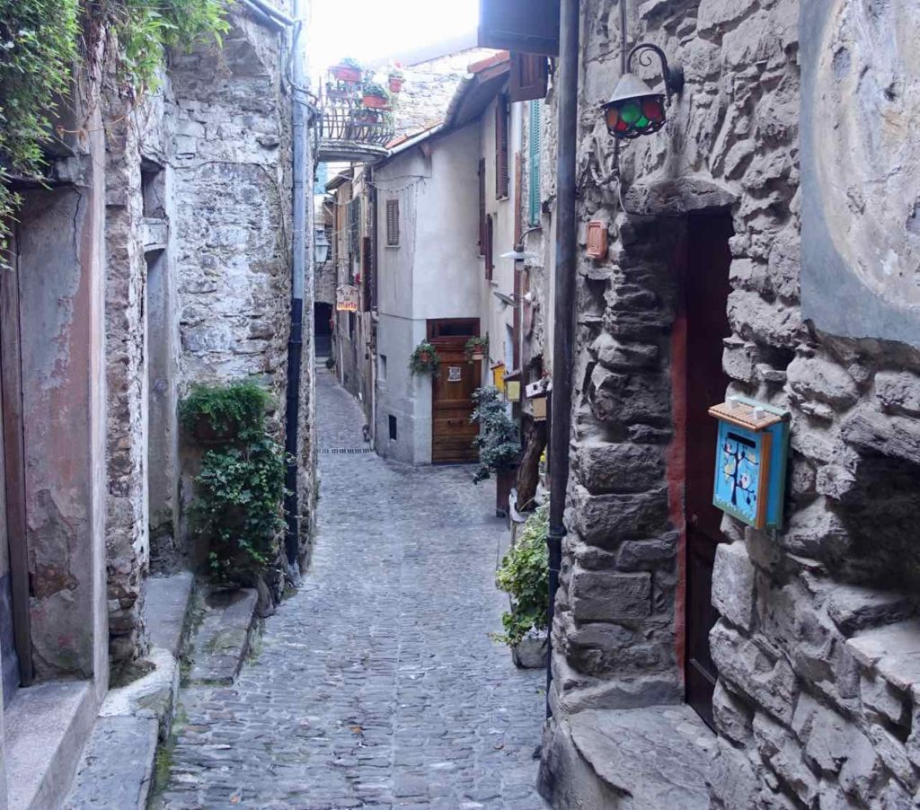 Highlights in Ligurien Gasse in Apricale Copyright Peter Pohle PetersTravel