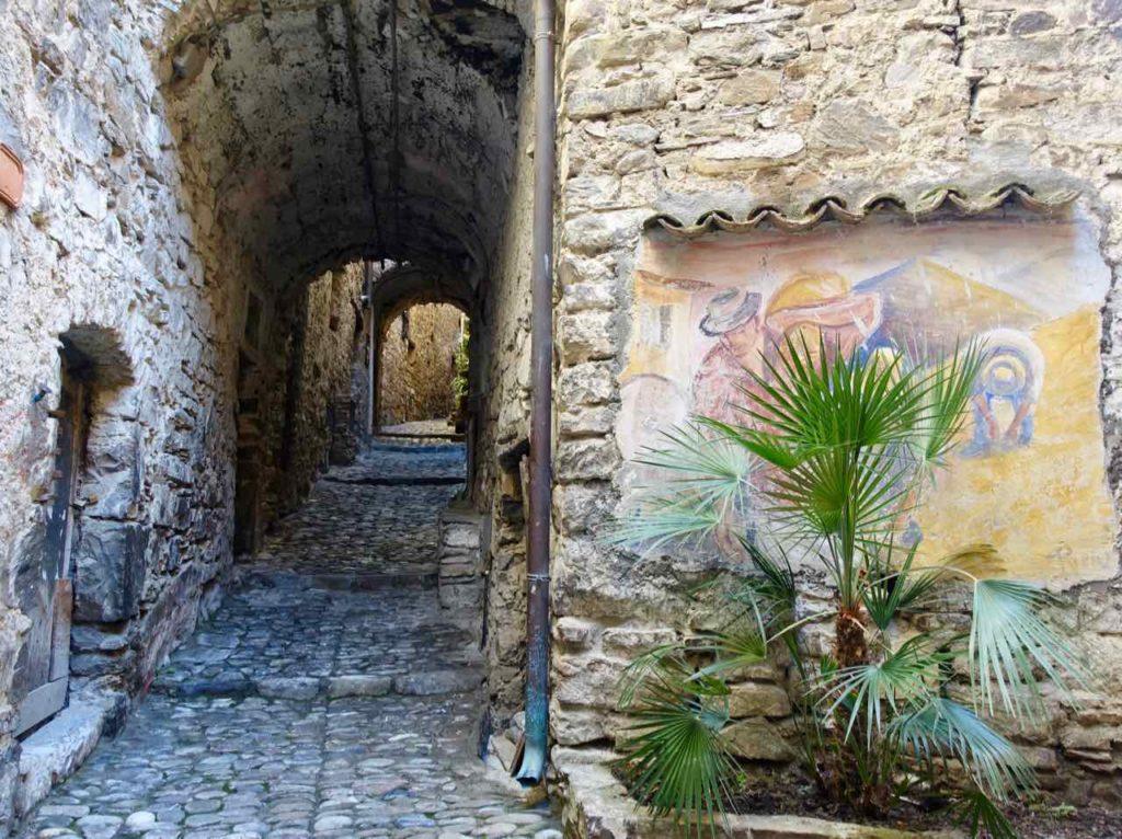 Highlights in Ligurien Gasse mit Fresko in Apricale Copyright Peter Pohle PetersTravel
