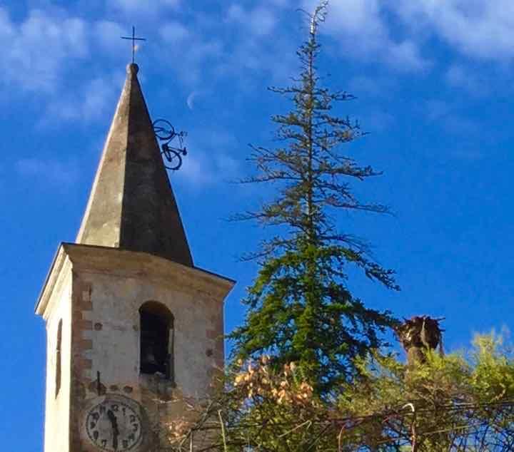 Sehenswürdigkeiten in Ligurien: Apricale, Kirchturm mit Fahrrad Copyright Peter Pohle PetersTravel