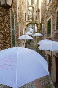 Highlights in Ligurien: Kunstinstallation mit Schirmen in Dolceacqua Copyright Peter Pohle PetersTravel