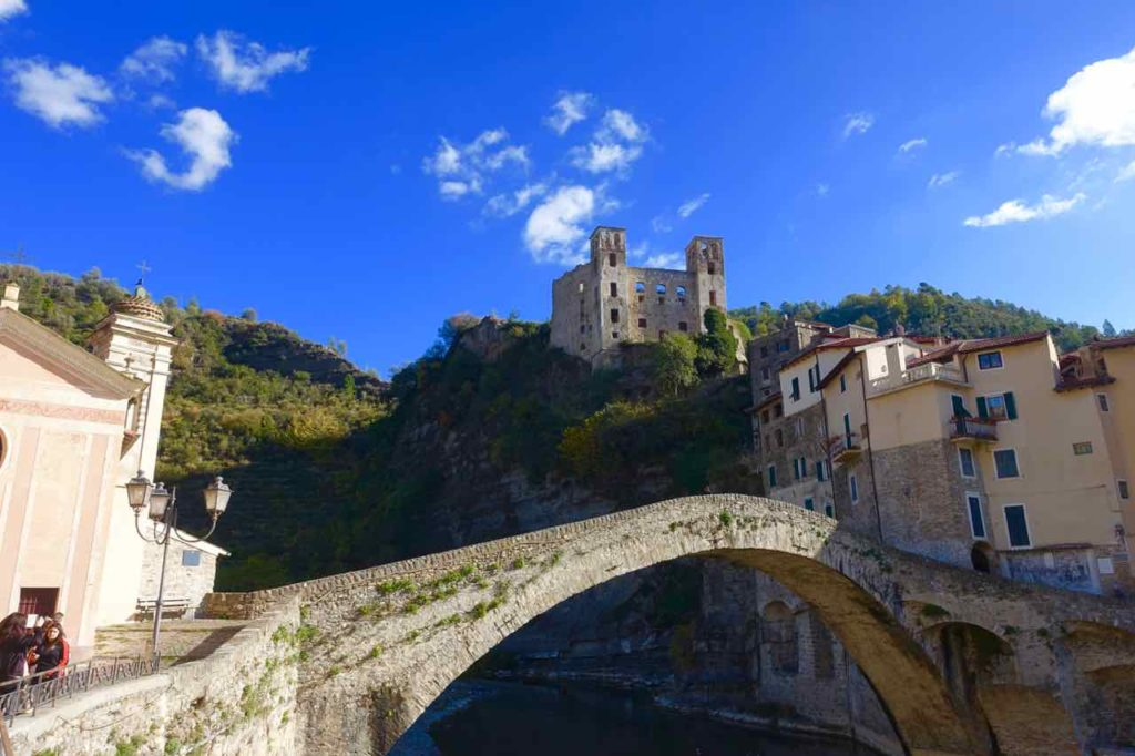 Highlights in Ligurien Dolceacqua mit Brücke und Burg Copyright Peter Pohle PetersTravel