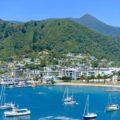 Picton Neuseeland Totale mit Booten, Strand und Bergen Titelbild Copyright Peter Pohle PetersTravel