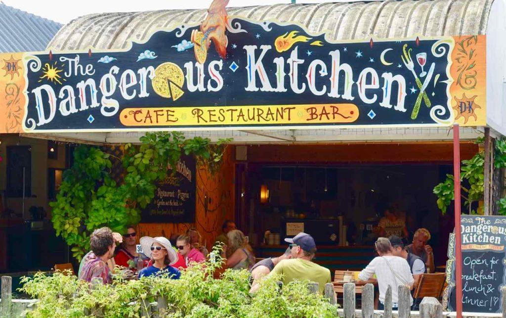 Takaka: Restaurant The Dangerous Kitchen. Von hier hat man einen guten Überblick.