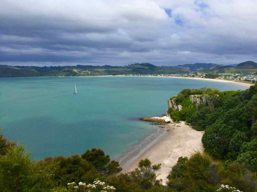 Coromandel Halbinsel, Whitianga: Lonely Bay mit Cooks Beach im Hintergrund, Neuseeland