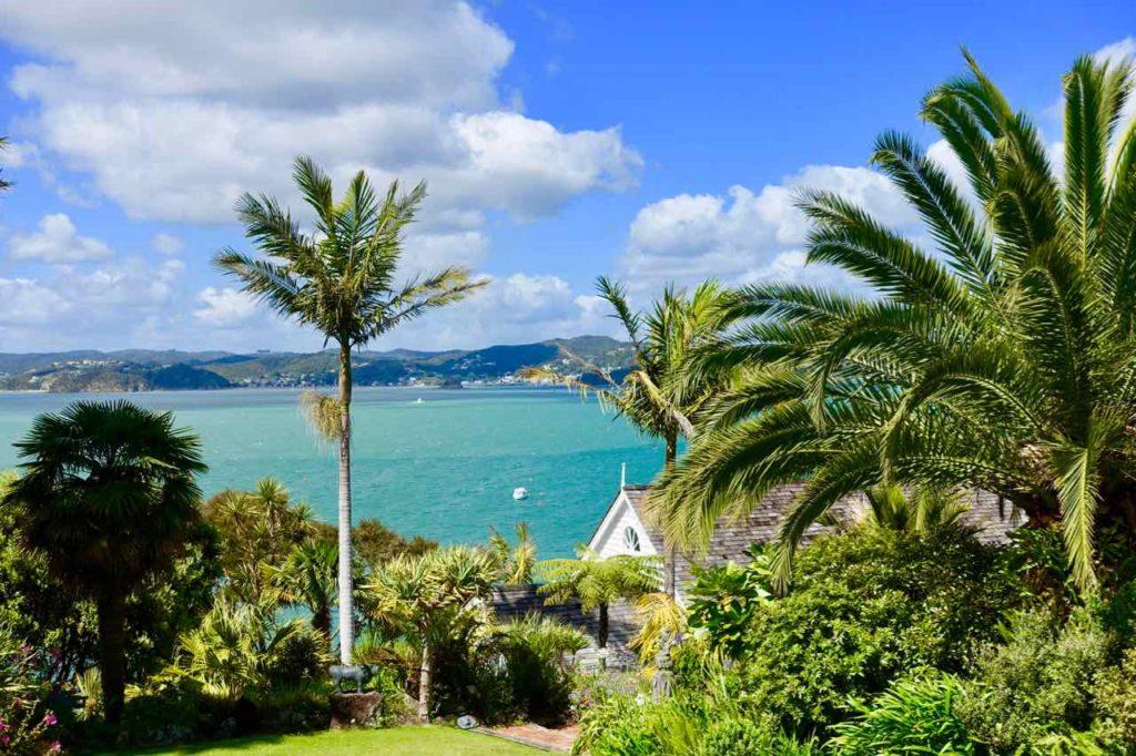 Russell, Blick auf Haus mit Garten und die Bay of Islands Neuseeland Copyright Peter Pohle peterstravel
