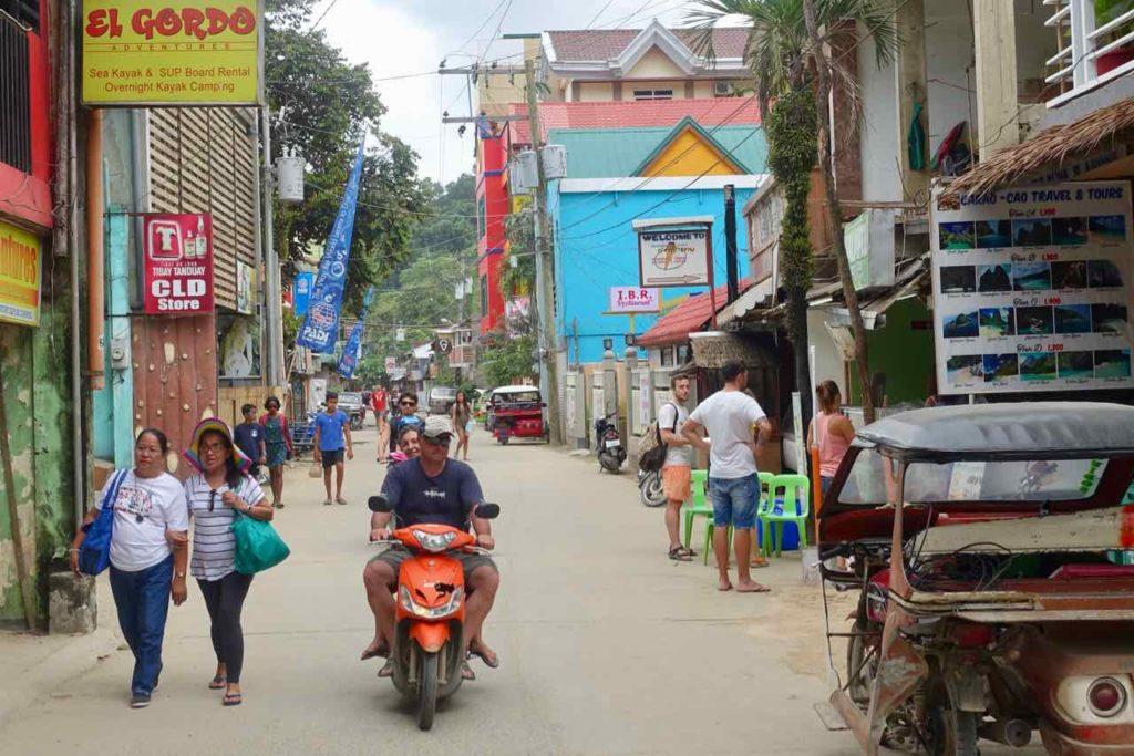 El Nido: Hama St mit mäßigem Verkehr, Palawan, Philippinen Copyright Peter Pohle PetersTravel