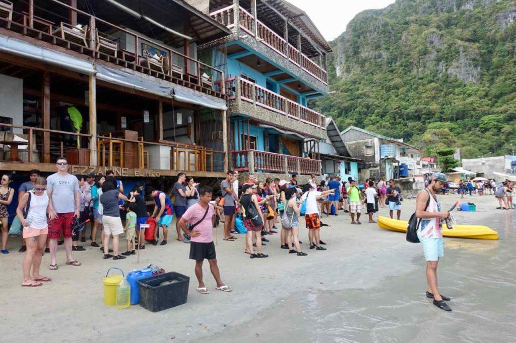 El Nido, Warten auf die Abfahrt der Tourboote, Palawan, Philippinen Copyright Peter Pohle PetersTravel