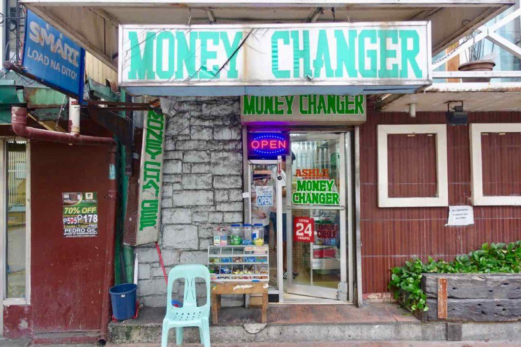 Money Changer auf der Adriatico St Manila Copyright Peter Pohle