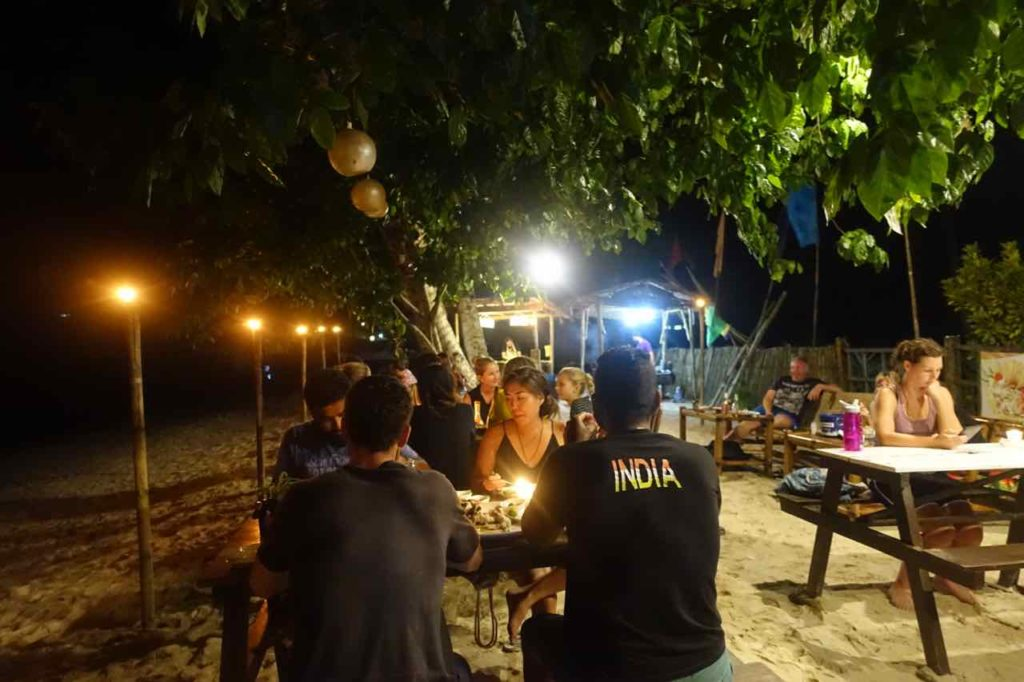 Port Barton Palawan, Abendessen am Strand im Besaga Beach Front Cottages, Philippinen Copyright Peter Pohle PetersTravel