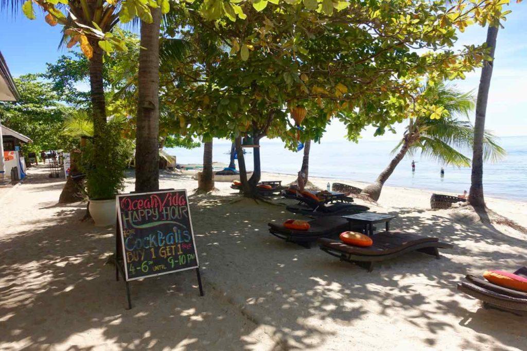 Malapascua Island, Ocean Vida mit Weg und Liegen am Bounty Beach Copyright Peter Pohle PetersTravel