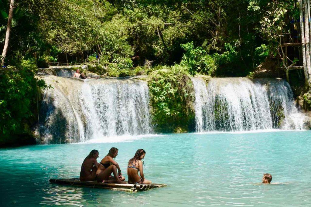 Siquijor Island, Cambugahay Falls mit Floß und Schwimmer