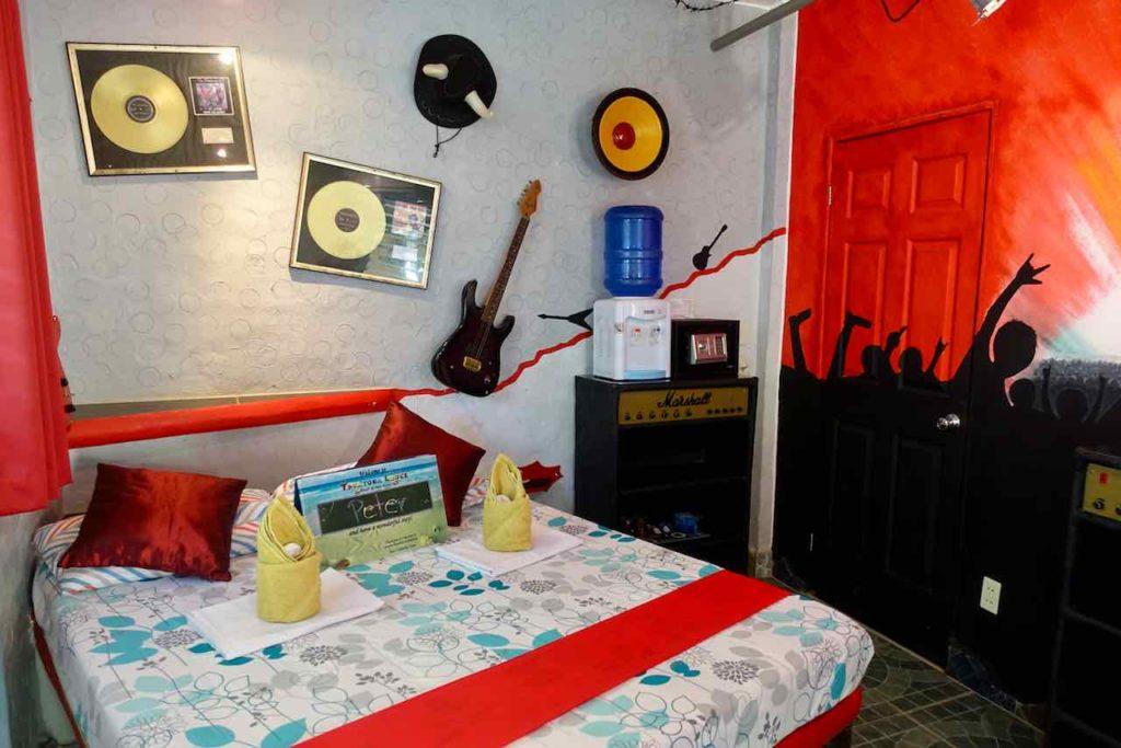 Sugar Beach auf Negros: Takatuka Lodge, Zimmer Rockedelic