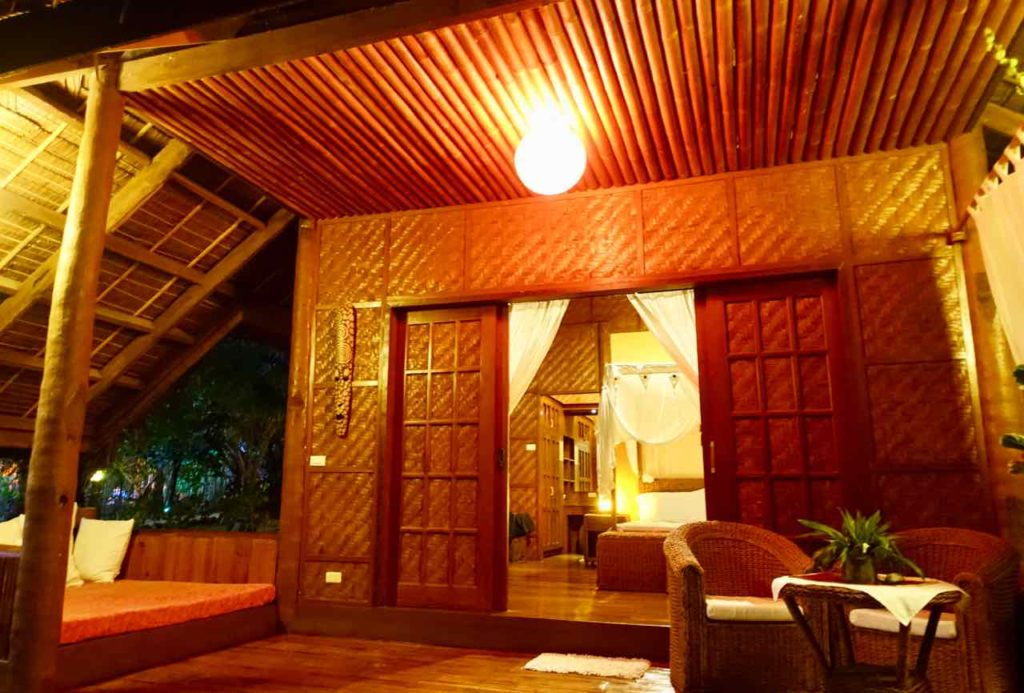 U.Story Guest House auf Siquijor Island Bungalow mit Terrasse abends Copyright Peter Pohle PetersTravel