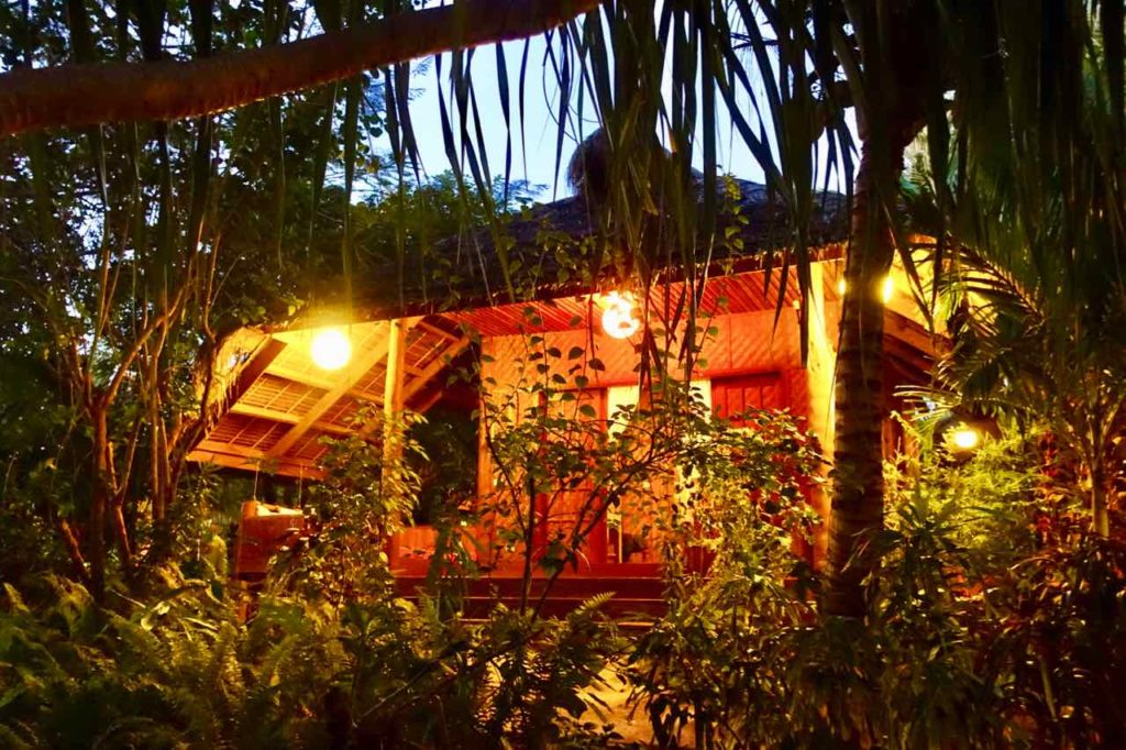 U.Story Guest House auf Siquijor Island: Bungalow am Abend