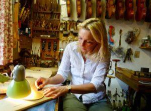 Geigenbaumeisterin Maria Sandner in Mittenwald, Foto Peter Pohle PetersTravel