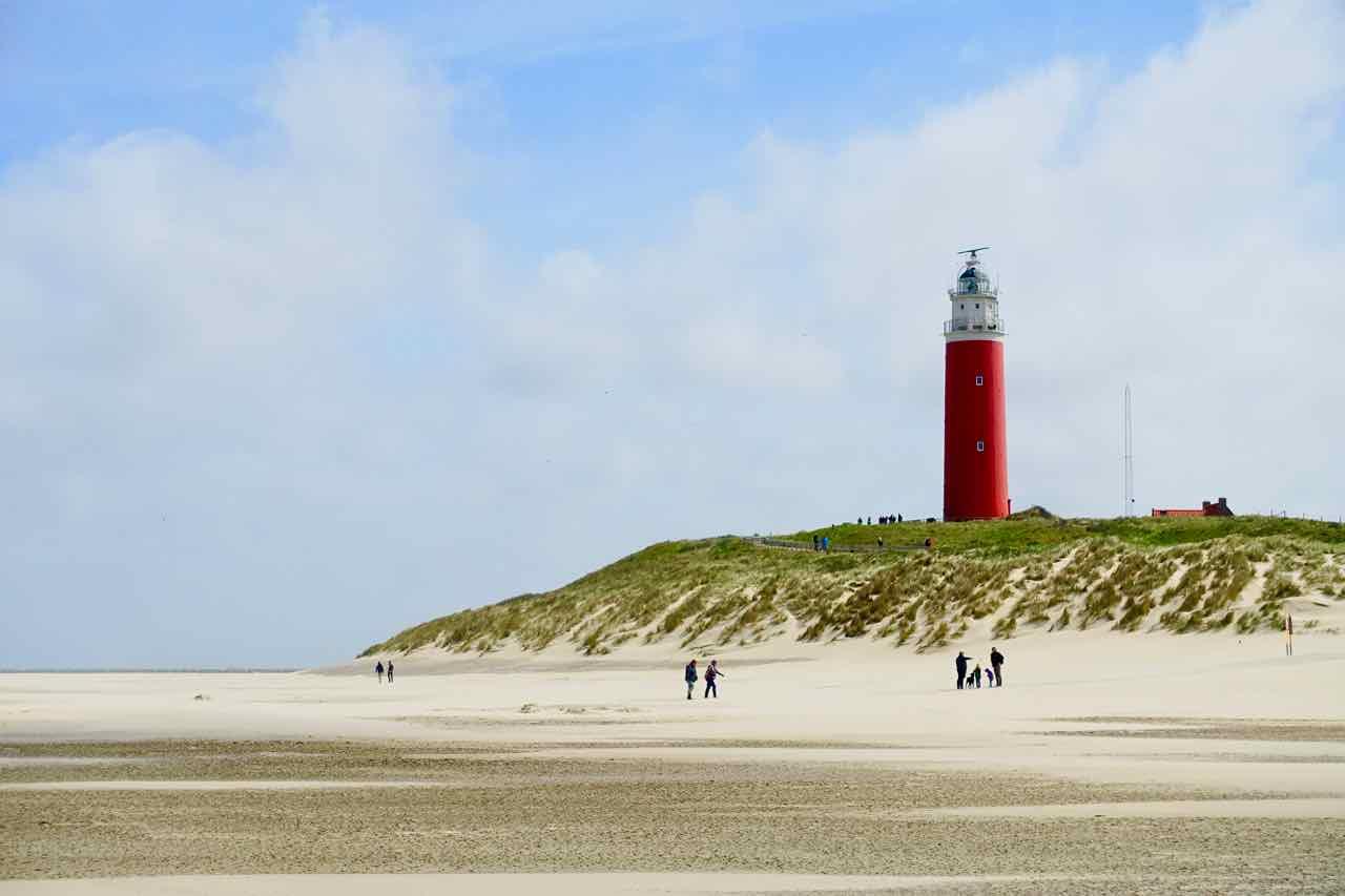Texel Strände: Strand mit Leuchtturm in De Cocksdorp, Niederlande