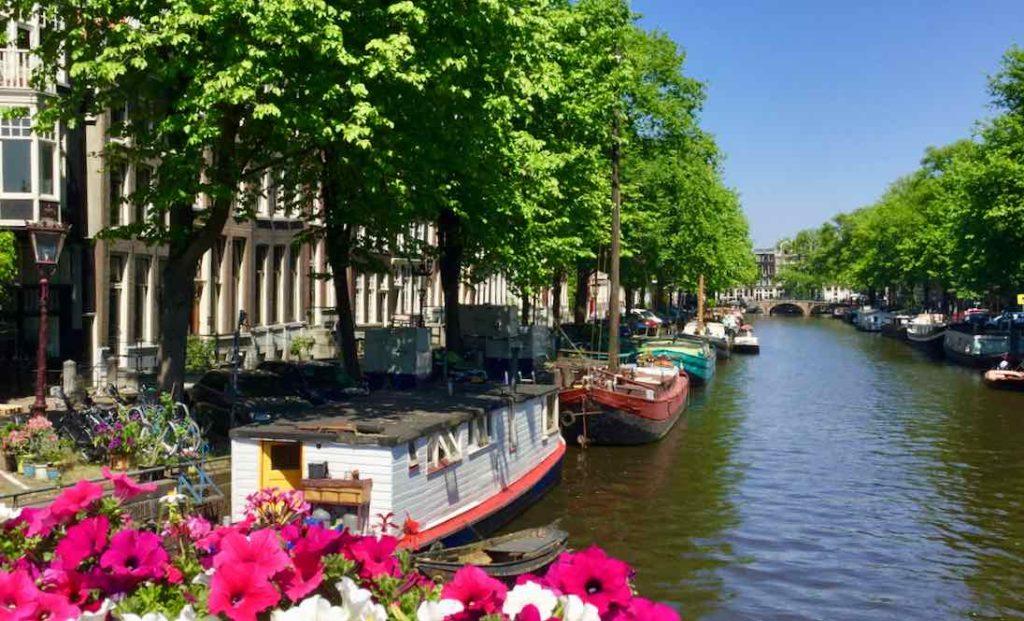 Gracht mit Booten in Amsterdam