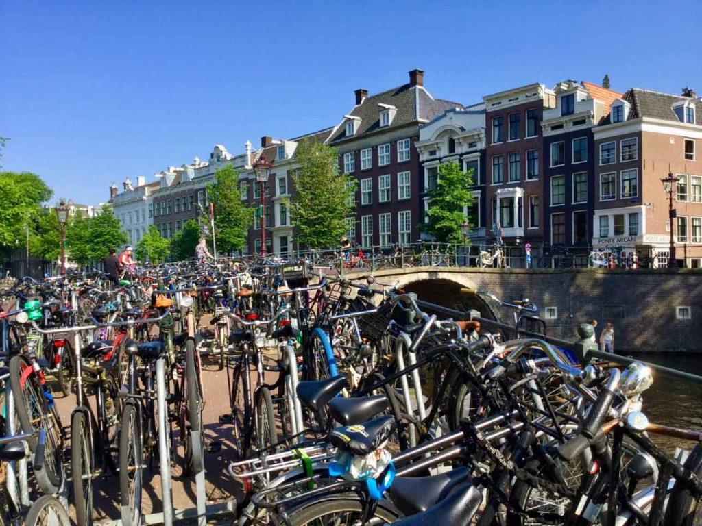 Gracht mit Fahrrädern in Amsterdam