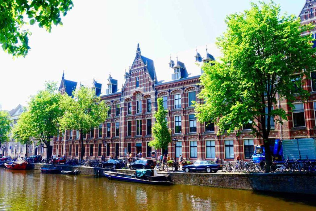 Die Universität von Amsterdam ist in einem ehemaligen Gebäude der Dutch East India Company