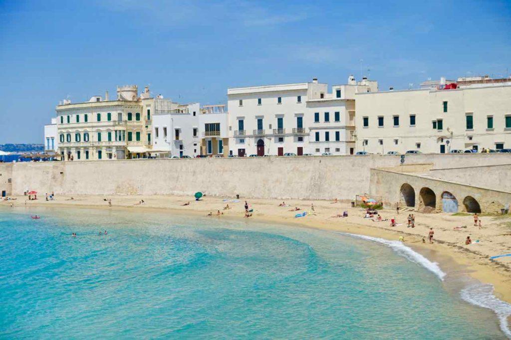 Stadtstrand von Gallipoli in Apulien, Italien