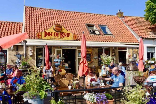 Urlaub auf Texel: Café Inn De Knip in Den Hoorn. Außenbereich . Insel Texel in den Niederlanden.