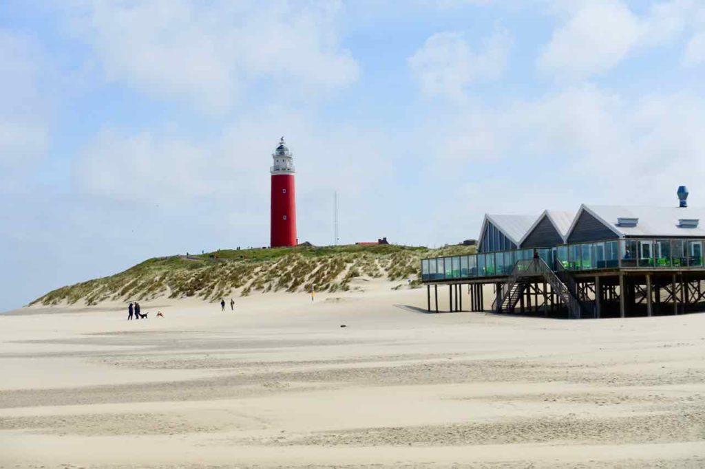 Urlaub auf der Insel Texel: Leuchtturm mit Strandpavillon bei De Cocksdorp