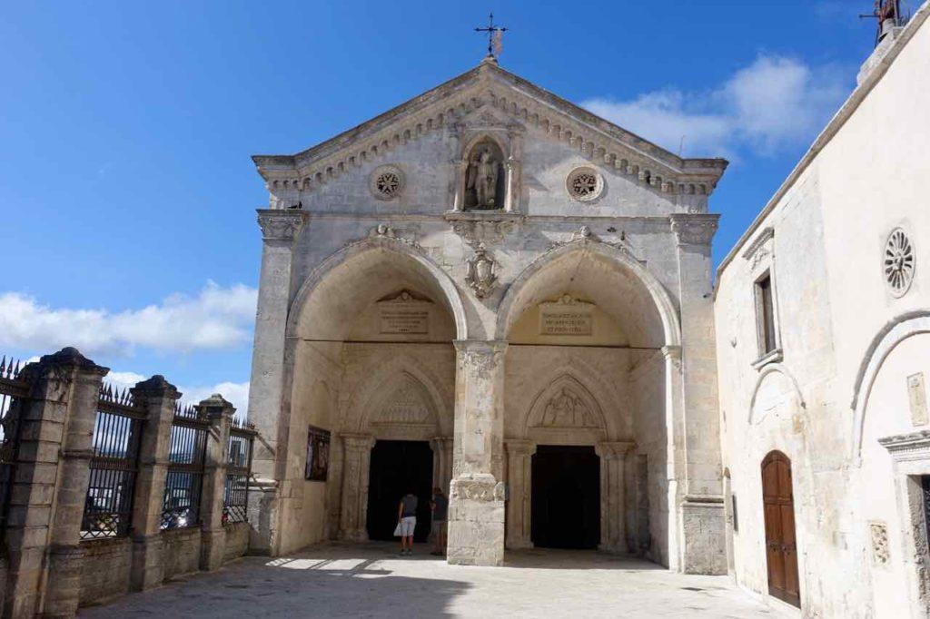 Apulien Sehenswürdigkeiten: Eingang der Wallfahrtskirche Sacra di San Michele in Monte Sant Angelo Copyright Peter Pohle PetersTravel.de