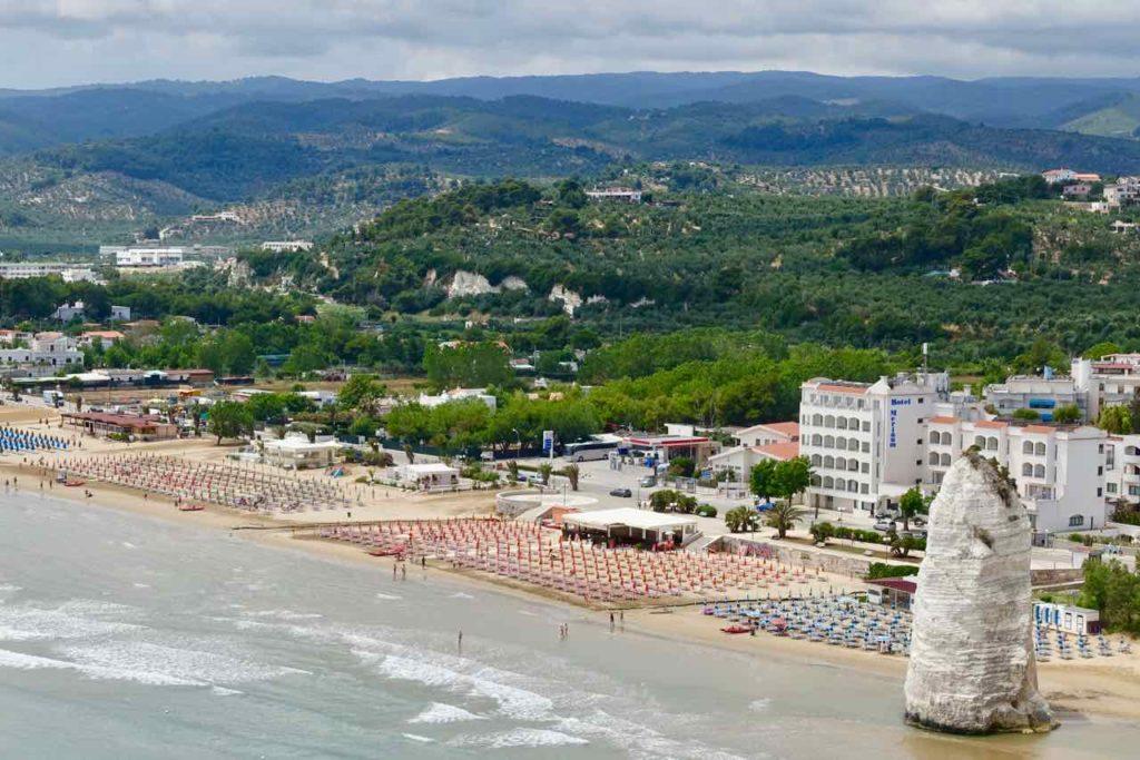 Sehenswürdigkeiten in Apulien: Pizzomunno, Kalkfelsen am Strand von Vieste, Gargano, Provinz Foggia, Foto Peter Pohle PetersTravel.de