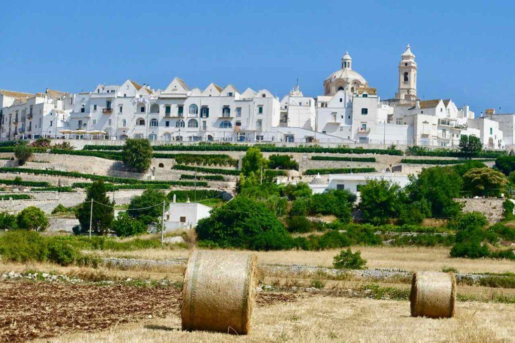 Blick auf Locorotondo in Apulien