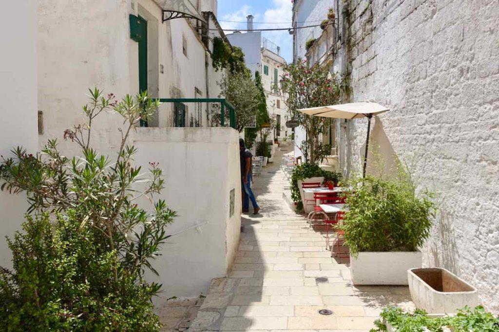 Gasse in der Altstadt von Ostuni in Apulien, Italien