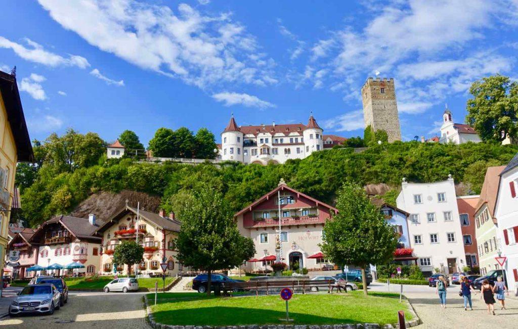 Chiemsee Sehenswürdigkeiten: Neubeuern Marktplatz mit Internat Schloss Neubeuern