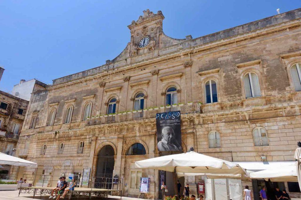 Rathaus von Ostuni in Apulien, Italien