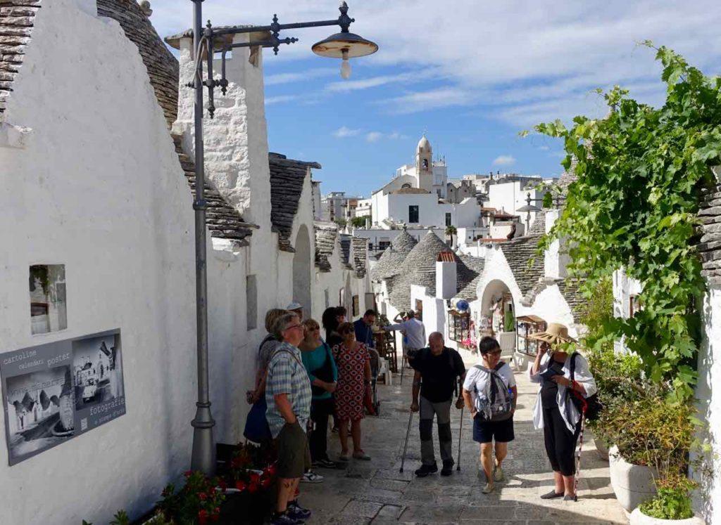 Trulli in Apulien: Gasse in Alberobello