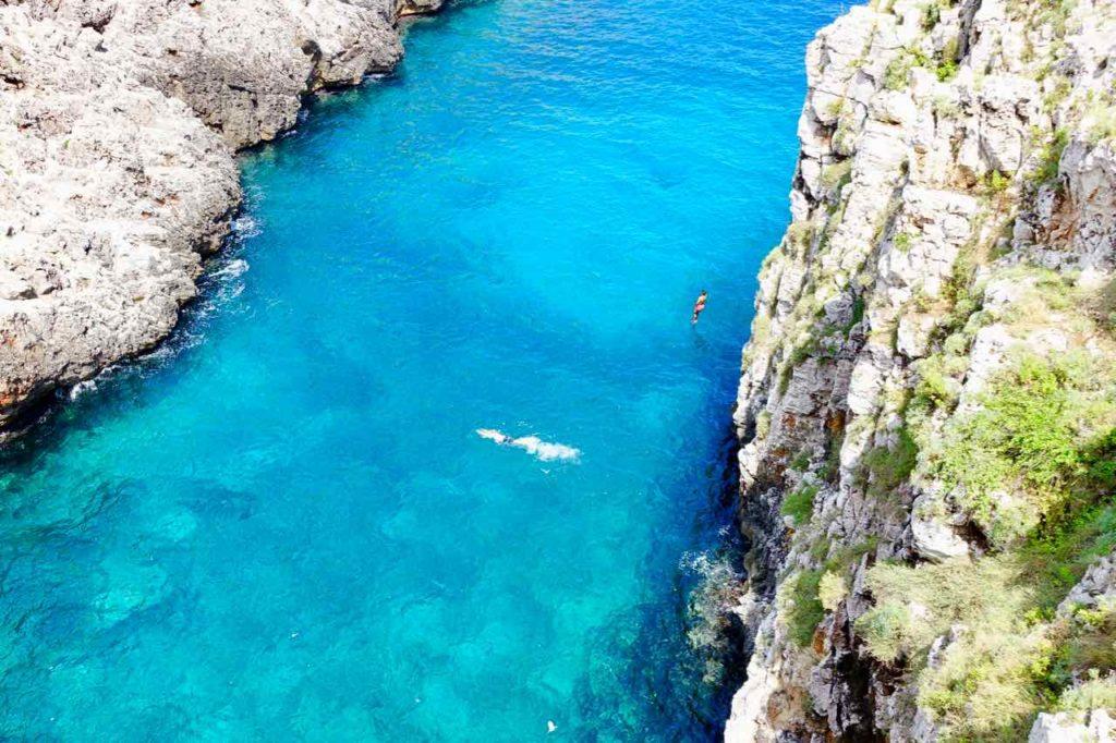 Apulien Strände, Ponte di Ciolo, Meer und Schwimmer
