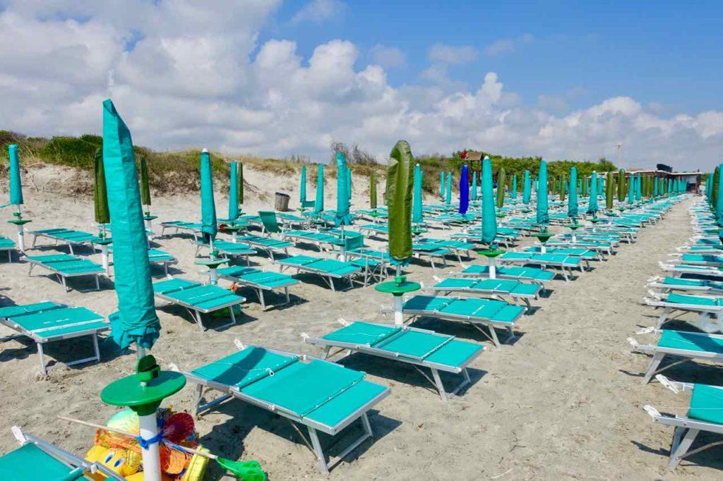 Apulien Strände: Strand nahe Lecce. Hier steht alles dicht an dicht!