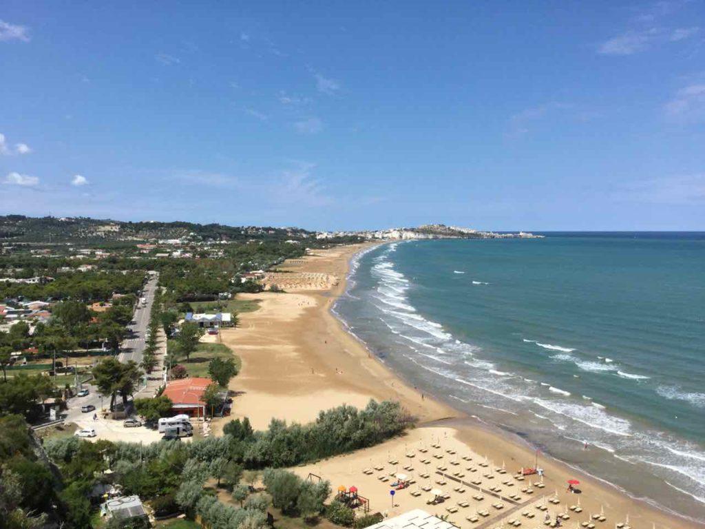 Apulien Strände auf der Gargano Halbinsel: Strand mit Pizzomunno und Vieste im Hintergrund Foto Peter Pohle