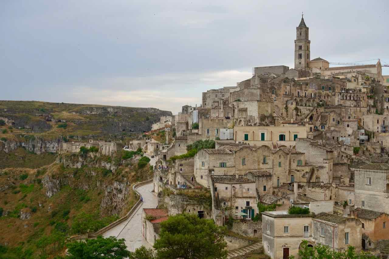 Totale der am Rand einer tiefen Schlucht gelegenen italienischen Stadt Matera, Europäische Kulturhauptstadt 2019, Copyright Peter Pohle