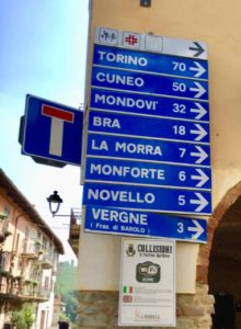 Piemont, Verkehrsschilder mit Entfernungen von Barolo, Foto Peter Pohle PetersTravel