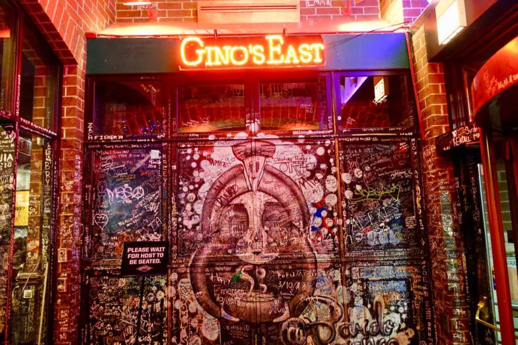Chicago Restaurants: Eingang von Gino's East