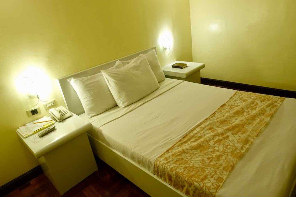 Manila: Zimmer im Cherry Blossom Hotel